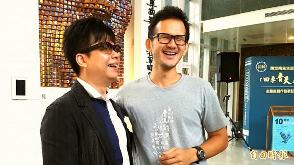 陳定南的長子也是陳定南教育基金會執行長陳仁杰(右)很喜歡鋼琴詩人王俊傑(左)譜寫的「寫乎你的批」歌曲,彷彿道出他對父親的思念。(記者簡惠茹攝)