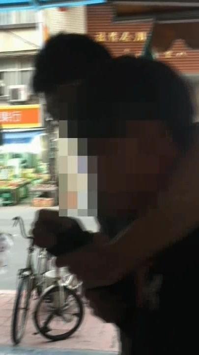 徐姓未成年車手被員警扣住(記者游承霖翻攝)