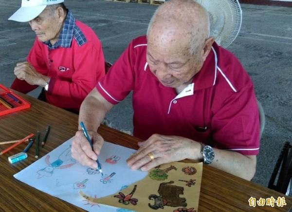 92歲的顏亨榮描繪記憶中的蜻蜓。(記者洪臣宏翻攝)