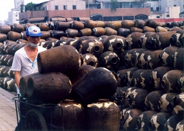 台中舊酒廠當年以人工搬酒甕釀酒。(文資局提供,記者蔡淑媛翻攝)