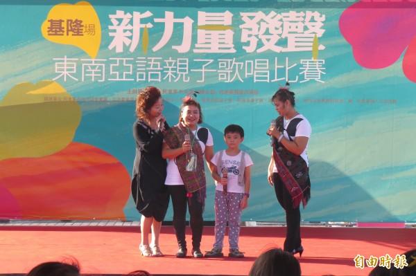 民進黨基隆市黨部下午在基隆海洋廣場舉辦東南亞語親子歌唱比賽,上台的母子或母女穿著傳統服裝,讓海洋廣場充滿異國風情。(記者俞肇福攝)