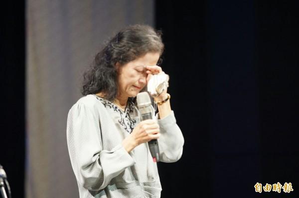 前法務部長陳定南今年逝世10週年,眾人今天齊聚「四季青天音樂會」追思,夫人張昭義數度落淚。(記者簡惠茹攝)