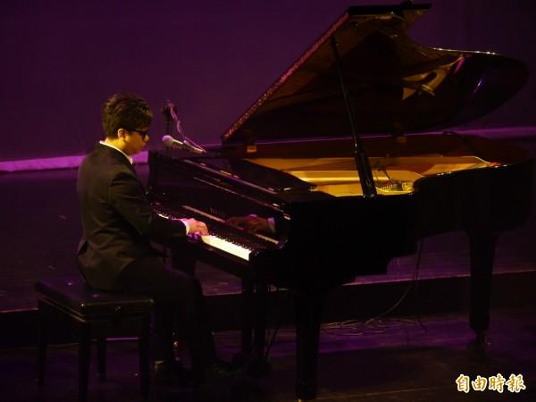 鋼琴詩人王俊傑的動人歌聲中,讓許多人淚濕衣襟(記者簡惠茹攝)