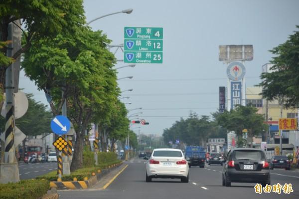 高屏兩地路面交通壅塞,擬興建高屏第二快速道路。(記者侯承旭攝)
