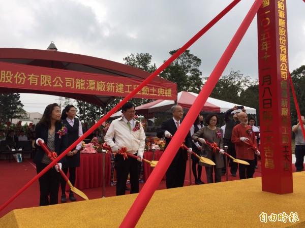 雄獅鉛筆打造觀光工廠,桃園市長鄭文燦出席動工典禮。(記者李容萍攝)