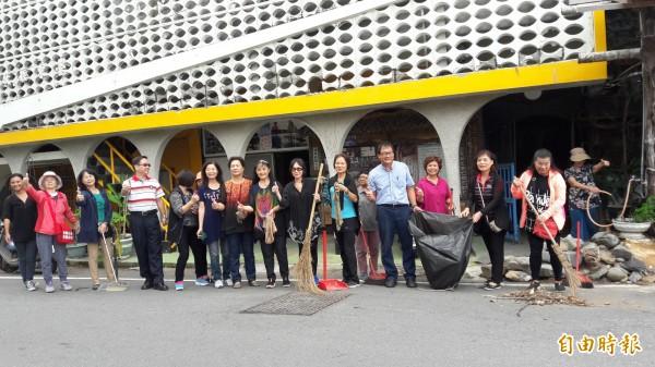 台東大學樂齡班學員希望將南島社大整理成零垃圾中心。(記者黃明堂攝)