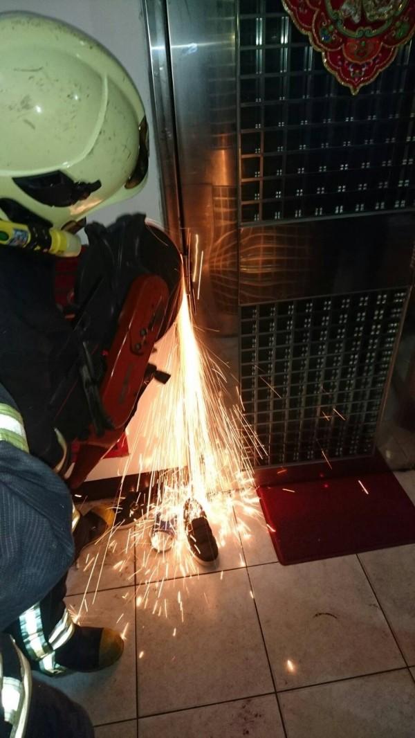 消防員破門救人。(記者余衡翻攝)