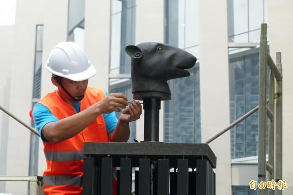 工程人員拆除十二獸首的鼠首。(記者蔡宗勳攝)