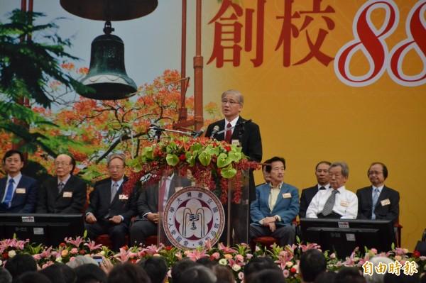台灣大學校長楊泮池今天出席創校88週年慶祝,會後受訪,針對近日郭明良團隊的癌症研究引發造假風波,首度對外致歉,並將嚴肅調查,並嚴懲。(記者吳柏軒攝)