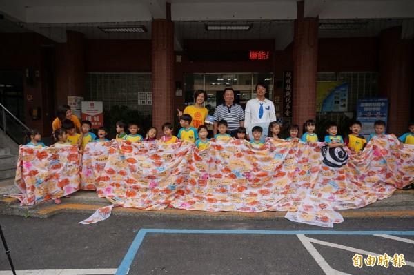 頭城鎮公所今年購買一面10米長鯉魚旗,供鎮內國小、幼兒園學童寫下願望祈福。(記者林敬倫攝)