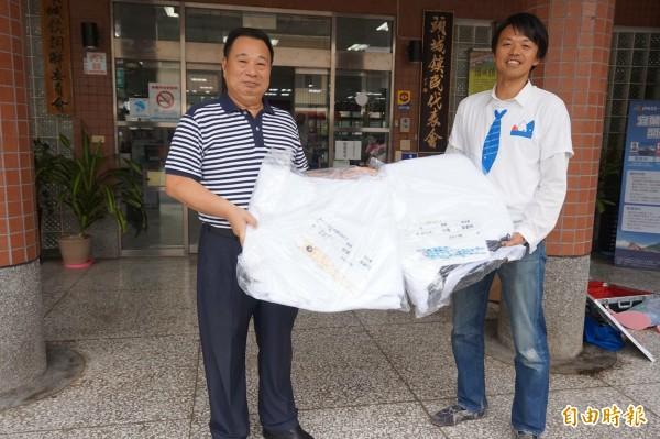 鎮公所也已購買2面10米長鯉魚旗,將在孩童寫下願望後,於明年兒童節期間升空;左為頭城鎮長曹乾舜,右為栗須哲秀。(記者林敬倫攝)