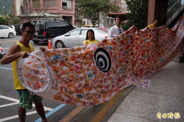 栗須哲秀(右1)與林姓老闆娘(右2)的衝浪店團隊。(記者林敬倫攝)
