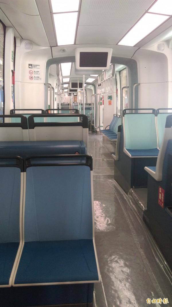 淡海輕軌「國車國造」首列車亮相,內裝與外觀相呼應,同樣以藍白兩色做為主色設計。(記者何玉華攝)