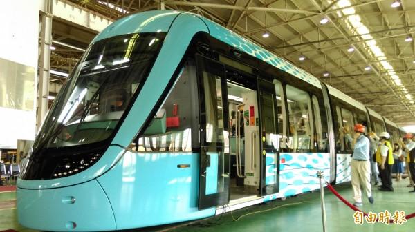 首度亮相的淡海輕軌列車「行武者號」,造型流線,呼應淡水特色設計。(記者何玉華攝)
