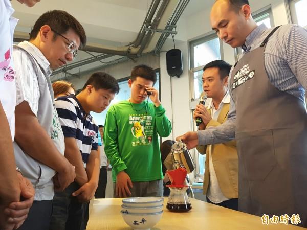 米寶們今天展開咖啡的第一堂課,希望為客人們泡出一杯杯暖暖的手沖咖啡。(記者簡惠茹攝)