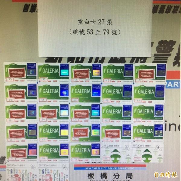 板橋警分局偵破跨國詐騙集團,逮獲保加利亞籍車手喬奇夫,查扣95張偽造提款卡。(記者吳仁捷攝)