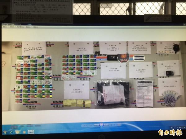 板橋警分局偵破跨國詐騙集團,逮獲保加利亞籍車手喬奇夫,查扣95張偽造提款卡等證物。(記者吳仁捷攝)