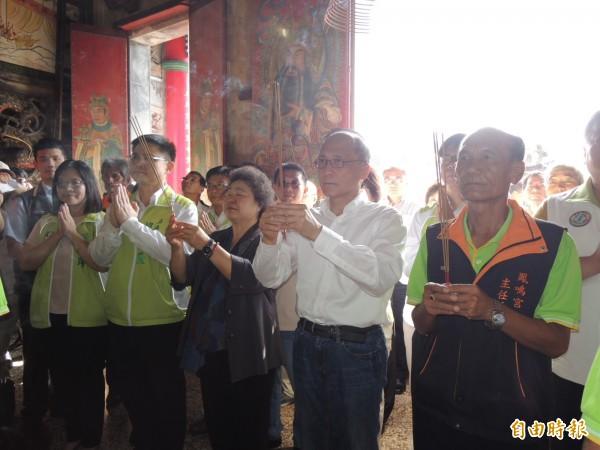行政院長林全(右二)上午由高雄市長陳菊(右三)與多位立委陪同,至鳳鼻頭鳳鳴宮參拜。(記者王榮祥攝)