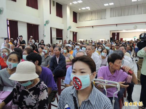 行政院長與大林蒲、鳳鼻頭沿海六里座談會,居民參與爆滿,有民眾帶著口罩,無聲表達訴求。(記者王榮祥攝)