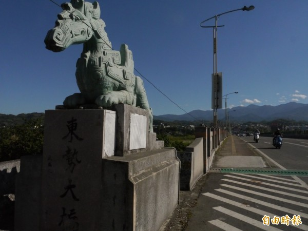 楊英風大師早期創作了4尊龍馬雕塑坐鎮東勢大橋,成為東勢地標。(記者張軒哲攝)