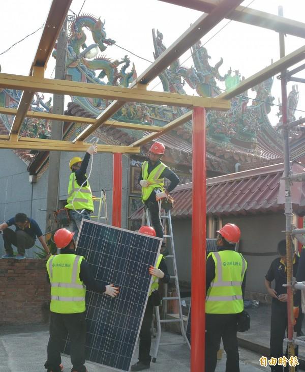 台西村顯榮宮搭設一座太陽能發電系統,作為綠能示範中心。(記者陳冠備攝)