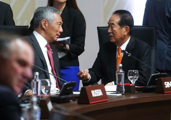 宋楚瑜與新加坡總理李顯龍在會前談話。(中華台北代表團提供)