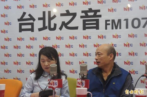 台北農產運銷公司總經理韓國瑜(右)上午接受電台專訪。(記者黃建豪攝)