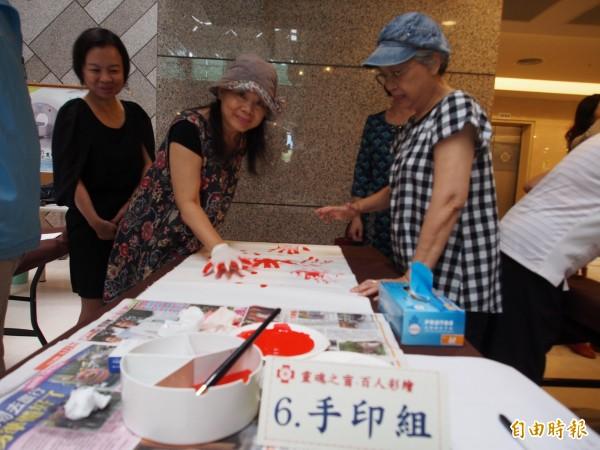 10月6日百人用不同的工具進行彩繪。(資料照,記者王秀亭攝)