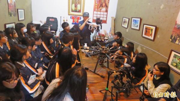 白沙屯媽祖婆網站設攝影棚,今日有高中社團來參觀。(記者蔡政珉攝)