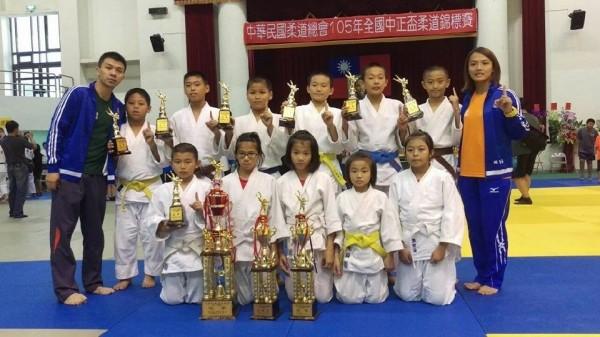 三峽區介壽國小柔道隊在全國中正盃柔道錦標賽中,拿下國小男子組團體冠軍。(介壽國小提供)