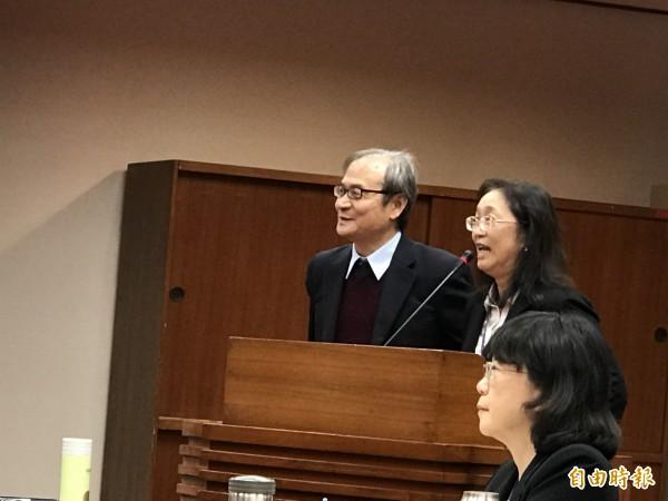原能會主委謝曉星(左)與核管處處長張欣在立院接受質詢。(記者陳炳宏攝)