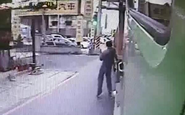羅男見李男車輛經過,自行碰觸車身製造假車禍。(記者鄭淑婷翻攝)