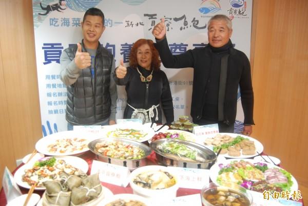 在貢寮養殖鮑魚逾20年的漁民蔡德性(右一)推薦「貢寮鮑」絕對鮮嫩甜美。(記者張安蕎攝)