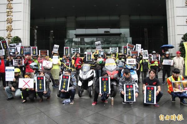 上百名機車騎士今天前來交通部陳情,要求廢除禁行機車與強制兩段式左轉(記者鄭瑋奇攝)