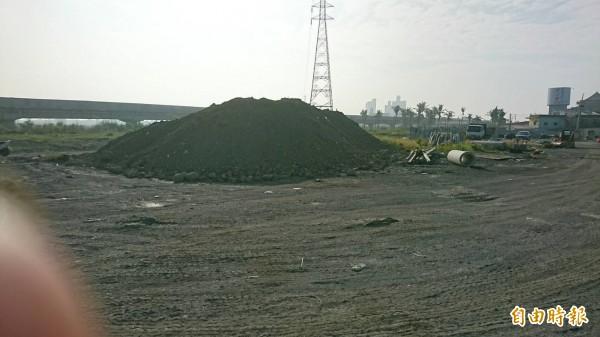 被傾倒爐石的土地只能提供作為砂石的堆置場。(記者葉永騫攝)