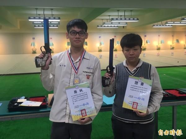 林子鈞(左)勇奪中正盃射擊錦標賽高中組男子10公尺空氣手槍個人賽第二名、呂宜禧(右)女子空氣手槍成績鑑定進入A級。(記者丁偉杰攝)