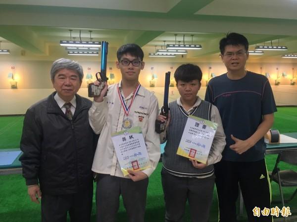 嘉華校長柳水燦(左起)公開表揚獲獎學生林子鈞、呂宜禧以及教練陳冠羽。(記者丁偉杰攝)