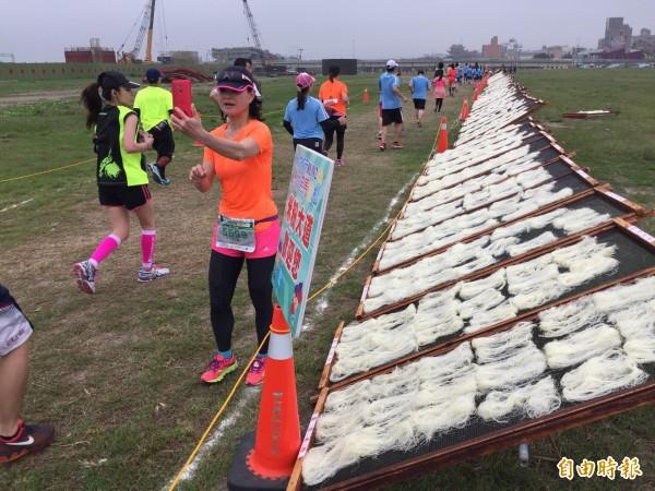 新竹市城市馬拉松本周日登場!延續「米粉大道」傳統,加碼推出「摃丸大道」和「玻璃大道」!(記者蔡彰盛攝)