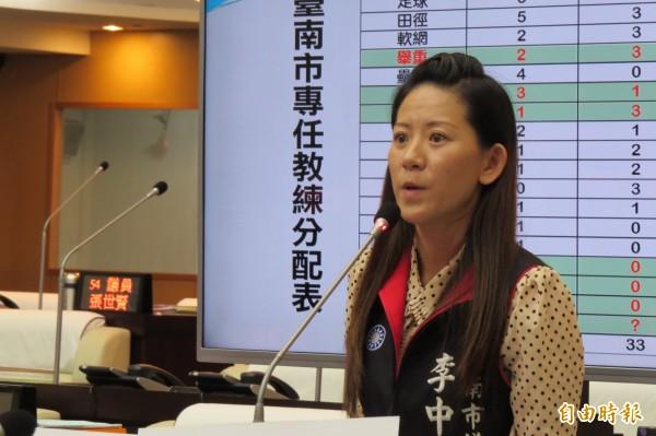 市議員李中岑建議市府,王建民如退休,可請他帶領台南市的「城市棒球隊」。(記者蔡文居攝)