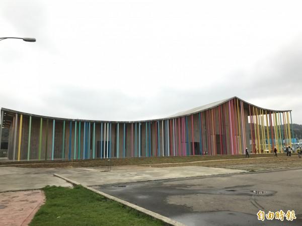 明年初將啟用的下福里市民活動心中,設計意象取自鄰近的信仰中心洪福宮,燕尾曲線屋頂、多彩高柱,讓人驚艷。((記者葉冠妤攝)
