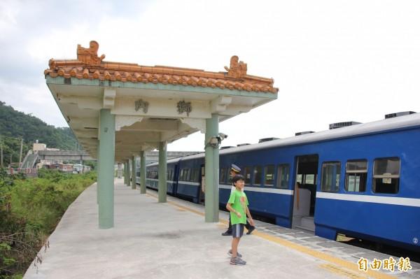 全台最小站內獅月台雨遮和柴油機車頭及藍皮普快等「三種願望一次滿足」,是鐵道迷朝聖景點,被戲稱為「鐵道迷比乘客多」的火車站。(記者陳彥廷攝)