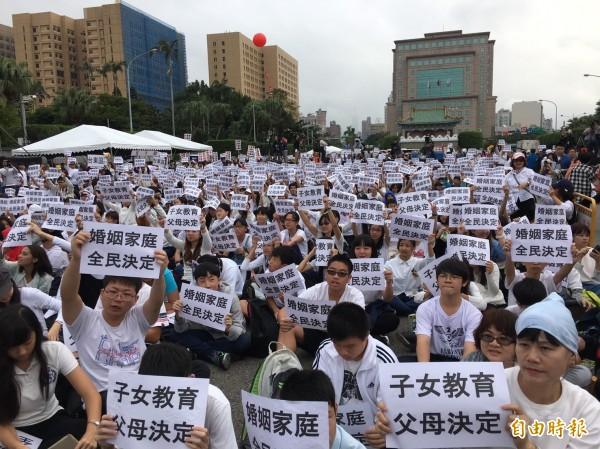 反對民法修法的民眾齊聚凱道,大喊「婚姻家庭,全民決定,子女教育,父母教育」。(記者楊綿傑攝)