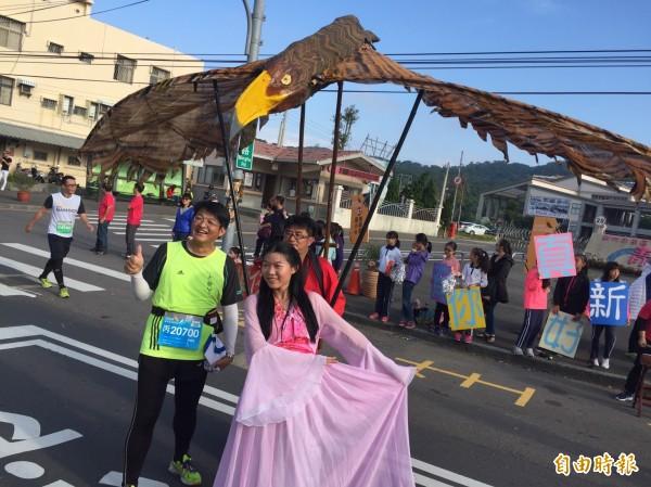新竹市城市馬拉松剛落幕,但跑道上為跑者加油的啦啦隊卻是跑道上最美的風景,各社區學校和機關團體都使出全力,為跑者加油。(記者洪美秀攝)