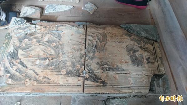 八吉境五帝廟3年多前揭取保存潘春源、潘麗水的壁畫,近日重新裝回。(記者劉婉君攝)