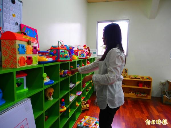 台東縣兒童發展療育中心將於10日揭幕,中心人員加緊整理內部空間的腳步。(記者王秀亭攝)