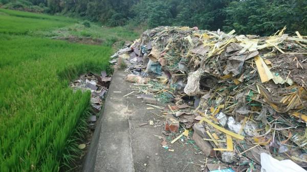 稻田旁被亂倒大量廢棄物。(記者許展溢翻攝)