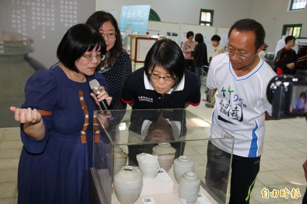 前第一夫人周美青(前右二)參觀台南一中安平壼特展。(記者王俊忠攝)