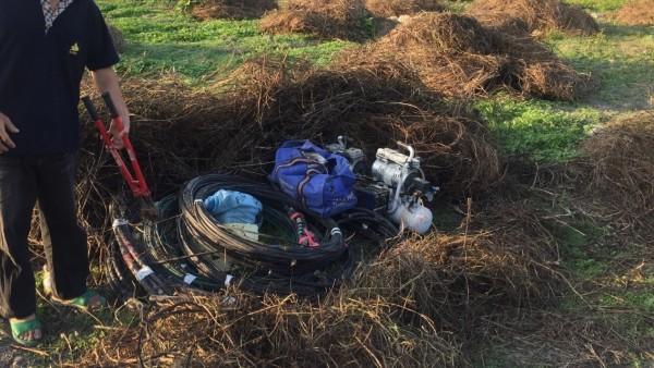 林嫌犯罪贓物多到家裡堆不下,還在住家旁空地挖洞,以雜草、帆布掩蓋。(草屯分局提供)