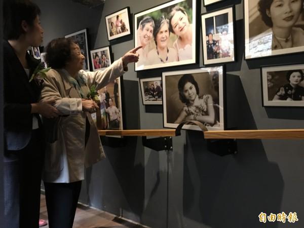 阿嬤家—和平女性人權館」今在大稻埕開幕。 陳蓮花阿嬤參觀人權館。(記者聶瑋齡攝)