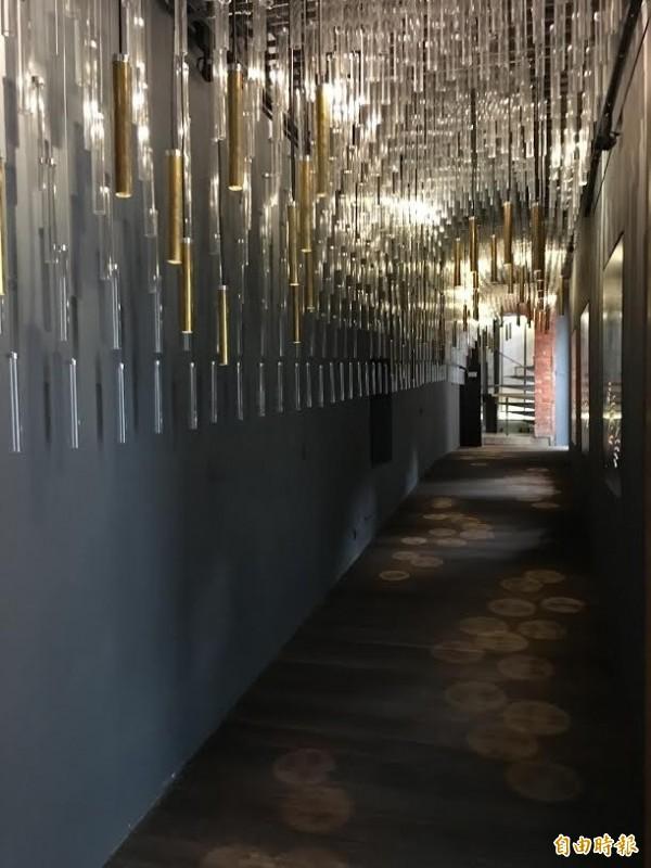 「蘆葦之歌長廊」以2000根象徵蘆葦的透明空館和59展金屬燈,代表2000多位不知身份與59位已知的台灣慰安婦阿嬤生命的力量,金屬刻上阿罵的名字,只要把手掌放在金屬燈下,阿嬤的名字就會透過光影投射在掌心。(記者聶瑋齡攝)